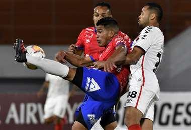 Rechaza Aponte ante la presencia de un rival. Foto: AFP