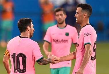 Messi saluda a Busquets a la finalización del amistoso. Foto AFP