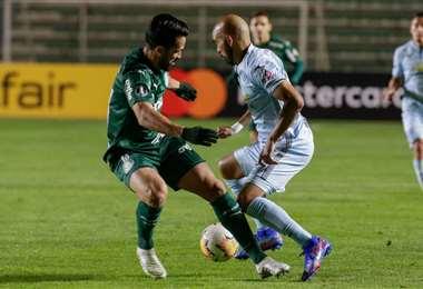 Riquelme enfrenta a un defensor de Palmeiras. Foto: AFP