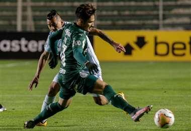 Flores sale a la marca de un jugador de Palmeiras. Foto: APG