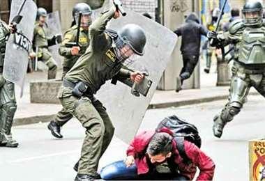 Ordenan arresto de policías violentos. Foto internet