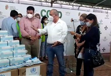 La entrega de la donación la realizó Arturo Murillo, ministro de Gobierno
