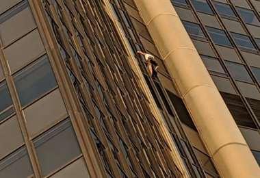 El hombre escalando el edificio. Foto Internet