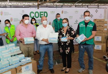Momento de la entrega de la donación que llegó desde EEUU. Foto. Gobernación