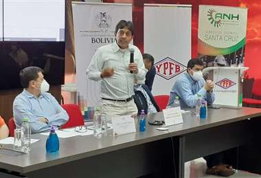 Zamora, de pie, indicó lo complicado que de estar frente a su ministerio (Foto: YPFB)