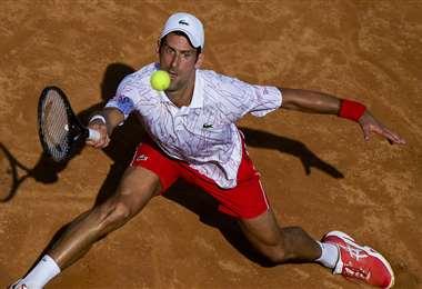 Novak Djokovic disputando su partido que lo llevó a cuartos. Foto: AFP
