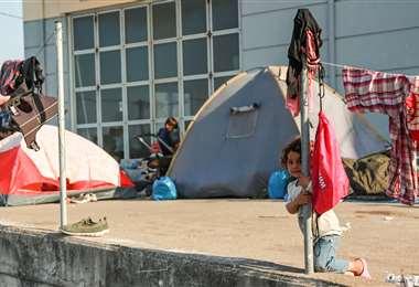 Refugiados se asientan en parqueos y calles en la isla de Lesbos. Foto AFP