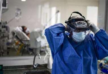 Un médico del hospital Posadas se ajusta su mascarilla. Foto AFP