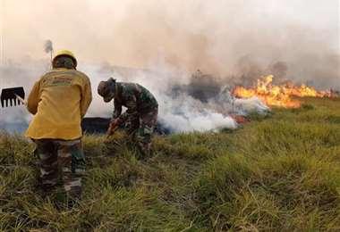 Bomberos luchando contra el fuego en la chiquitanía/Foto: EL DEBER
