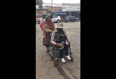 La anciana está a cargo de su nieto