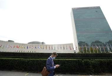 Un hombre camina frente de la sede de la ONU en Nueva York. Foto AFP