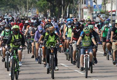 Paseo de ciclistas organizado por la Policía de Santa Cruz. Foto. Hernán Virgo