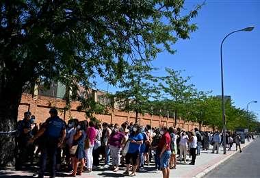 Profesores hacen filas para hacerse la prueba PCR en un instituto de Madrid. Foto AFP