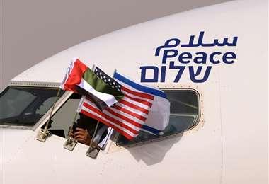 El primer avión comercial israelí que aterrizó en Abu Dhabi. Foto AFP