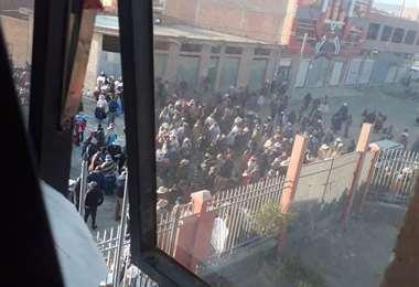Vigilia y cerco en la subalcaldía de El Alto. Foto: Redes Sociales