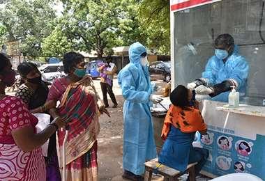 Un puesto de pruebas contra el coronavirus en India. Foto Xinhua