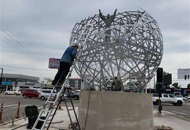 Instalación de la escultura de Carlos Paz