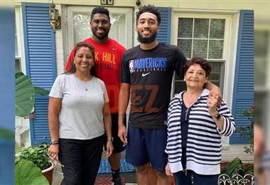 Una familia unida. Liset (izq.), Michael (rojo), Josh (negro) y Betty (dcha)