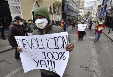 En La Paz, varias personas salieron a exigir la devolución de sus aportes/Foto: APG