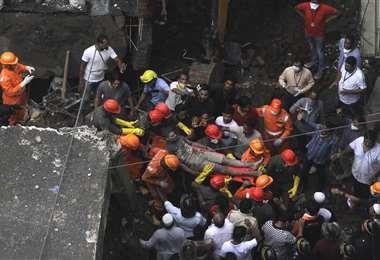 Un hombre sacado del edificio en ruinas. Foto AFP