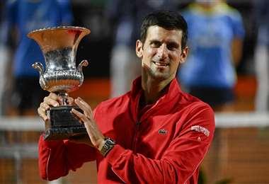 Djkovic muestra el trofeo de campeón del Master de Roma. Foto: AFP