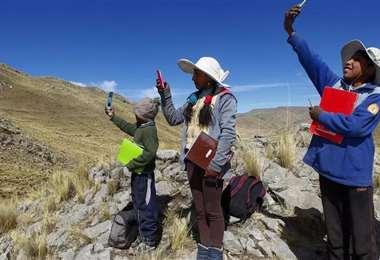 Niños peruanos tratando de encontrar señal para pasar clases. Foto AFP