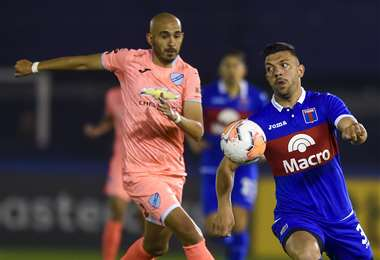 Riquelme lucha por la pelota ante un jugador de Tigre. Foto: AFP