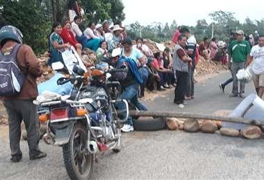 Gremiales bloquean el puente de Yapacaní y piden presencia de la UPRE