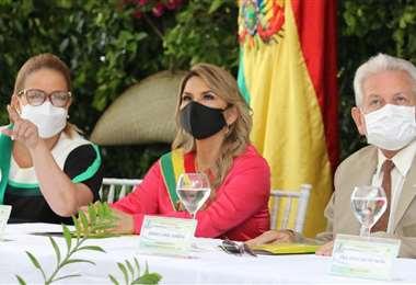 Áñez (c) acompañada de la alcaldesa Sosa y del gobernador Costas. Foto Hernán Virgo