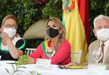 La presidenta (centro) rindió homenaje a Santa Cruz. Foto: Hernán Virgo