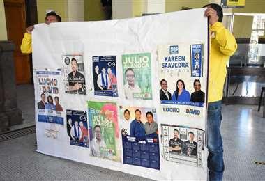 Algunos de los afiches no permitidos en la ciudad de La Paz.