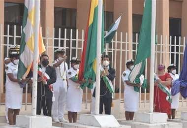 Luis Adolfo Flores, Gobernador de Pando, encabeza la iza de banderas