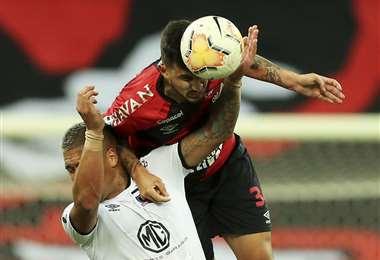 Pedro Henrique, de Parananese, le gana en el salto a un rival. Foto: AFP