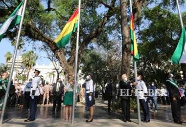 El acto empezó con el izamiento de banderas. Fotos: Hernán Virgo