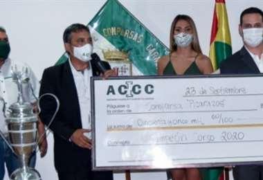 Representantes de los Picarazos, reciben de la ACCC su cheque simbólico de Bs 55.000