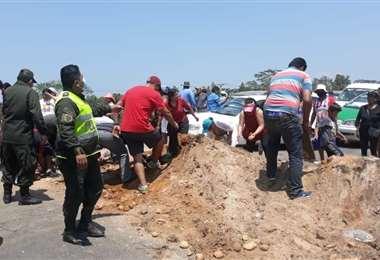 Viajeros y policías tuvieron que hacerse cargo de los escombros