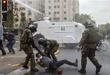 Un manifestante es arrestado por la Policía. Foto AFP