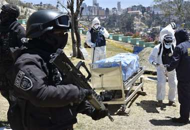 La Policía custodió la exhumación de Clavijo. Foto APGNoticias.