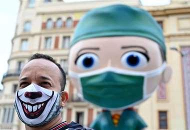 Un hombre posa con su mascarilla en una plaza de Madrid. Foto AFP