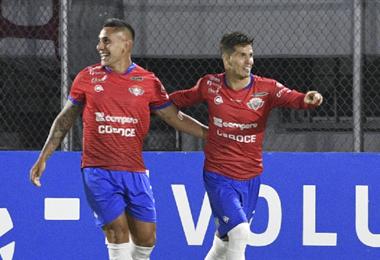 'Patito' Rodríguez (dcha.) celebra su segundo gol. Foto: AFP