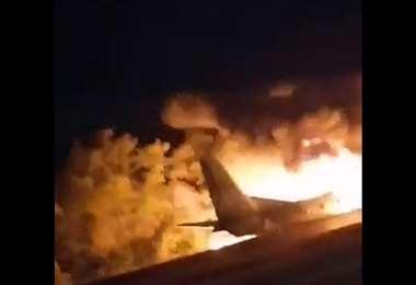 El Antonov incendiado. Captura de pantalla