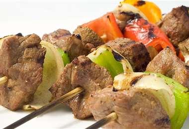 El anticucho camba se prepara con carne de res blandita y se le puede añadir verduras
