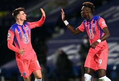 Abraham y Mount, del Chelsea, festejan tras empatar el partido ante Bromwich. Foto: AFP