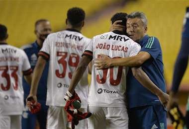 Jugadores de Flamengo son felicitados por su DT, Domènec Torrent. Foto: AFP