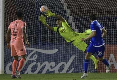 La gran estirada de Javier Rojas en el partido que Bolívar jugó ante Tigre. Foto: AFP