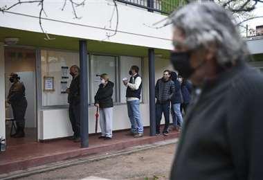Distancia social y barbijos marcan la jornada electoral en Uruguay. Foto: AFP