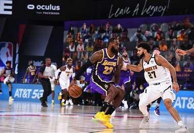 Lebron James (23) fue figura el sábado en el triunfo de los Lakers. Foto: AFP