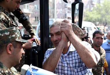 Un hombre sube a un autobús en Erevan, para ir a Nagorno Karabaj. Foto AFP