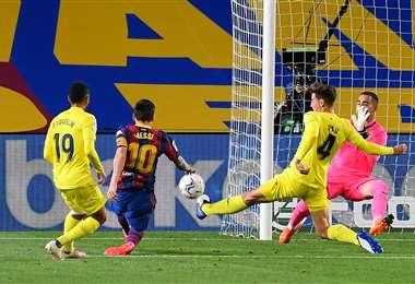 El remate de Messi (10) en el partido del Barcelona contra Villarreal. Foto: AFP
