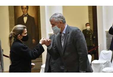 Jeanine Áñez posesionó al nuevo ministro de Economía, Branko Marinkovic/APG